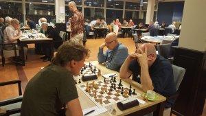Alek Dabrowski wint met een prachtige aanval tegen Hans Brobbel. Een partij om in te sturen?